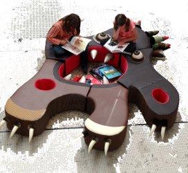 enfants lisent assis sur le monstre canapé